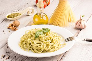 spaghetti with green pesto sauce