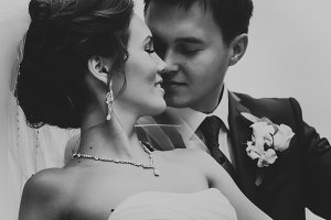Groom aand bride black and white wed