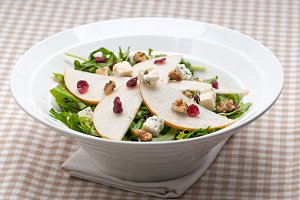 fresh pears arugola and gorgonzola salad 02.jpg