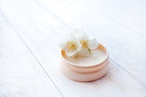 Moisturizing face cream with jasmine