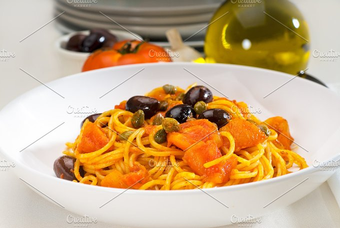 pasta spaghetti puttanesca.jpg - Food & Drink