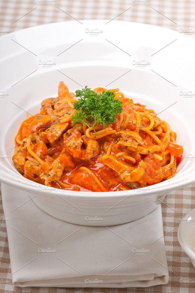 pasta spaghetti chicken tomato home style 01.jpg - Food & Drink