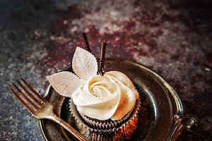 Rosy Wintry Cupcake 6