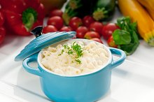mac and cheese on a blue little pot 04.jpg