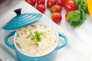 mac and cheese on a blue little pot 08.jpg