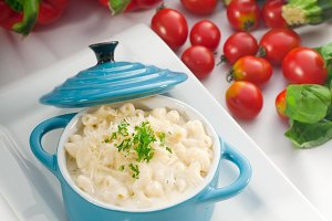 mac and cheese on a blue little pot 07.jpg