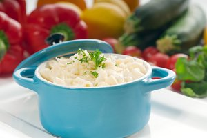 mac and cheese on a blue little pot 09.jpg