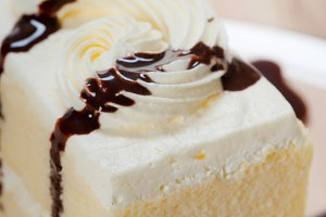fresh cream cake with chocolate sauce 07.jpg