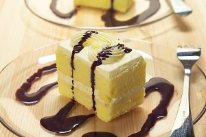 fresh cream cake with chocolate sauce h10 01.jpg