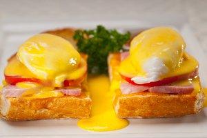 eggs benedict sandwich 03.jpg
