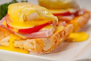 eggs benedict sandwich 09.jpg