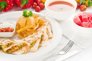 chicken quesadilla de pollo with nachos 03.jpg