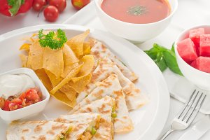 chicken quesadilla de pollo with nachos 06.jpg