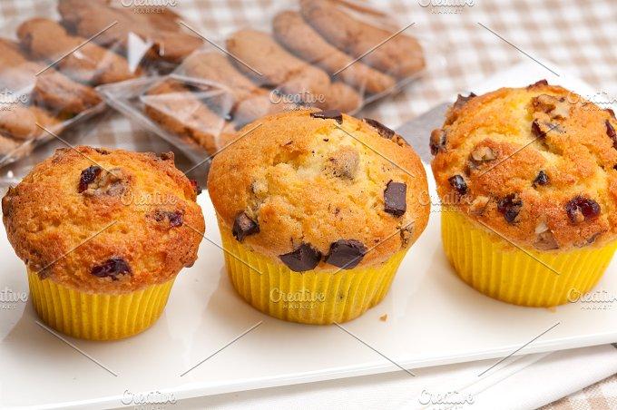 chocolate and raisins muffins dessert cake 03.jpg - Food & Drink