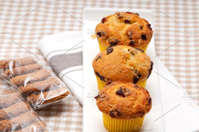 chocolate and raisins muffins dessert cake 02.jpg - Food & Drink