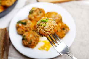 A plate with meatballs