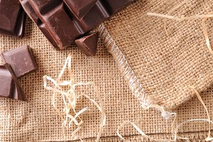 Heap portions choco on burlap top