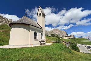 small chapel and Gardena pass