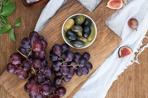 Red wine, grapes & cheese board