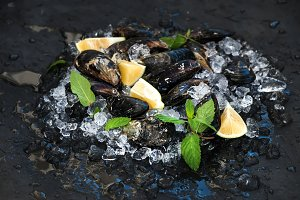Fresh uncooked mussels with lemon