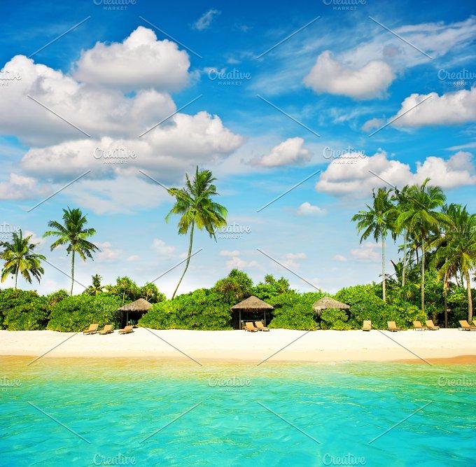 Island. Sand beach. Blue sky - Holidays