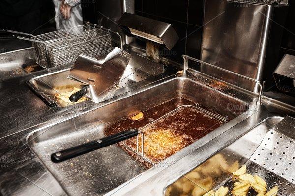 Cara Membersihkan Keranjang Penggorengan Pada Deep Fryer Agar Tetap Awet 3