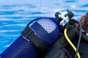 Diver with compressed air cylinder