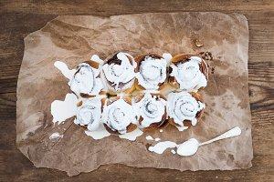 Cinnamon rolls with cream