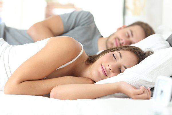Couple sleeping in a comfortable be…