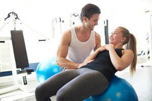 Personal trainer training woman