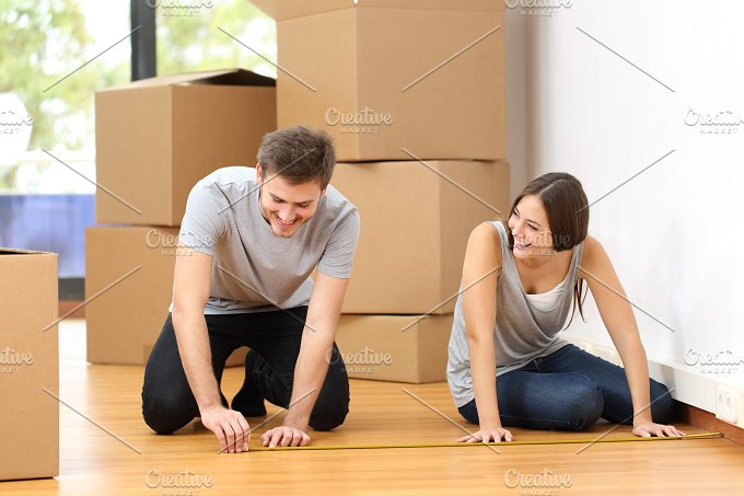 Couple moving house and measuring.jpg - People