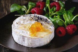 Goat cheese with honey and raspberry