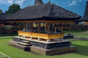 Famouse temple on Bali.jpg
