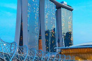 Steely helix bridge and hotel in Singapore.jpg