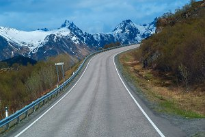 Grey road in Norvegian mountains.jpg