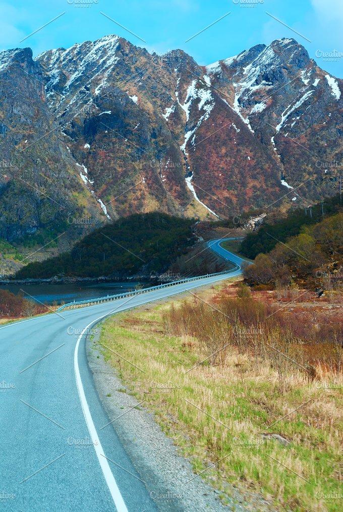Asphalt road in Norvegian green mountains.jpg - Nature