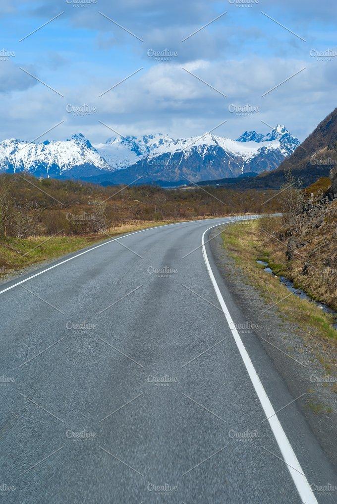Asphalt grey road in Norvegian mountains.jpg - Transportation