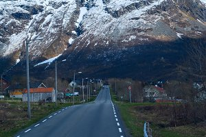 Asphalt road in Norvegian snowbound mountains.jpg