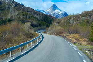 Asphalt road in Norvegian mountains.jpg