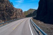 Asphalt road on Norvegian mountains in clear day.jpg