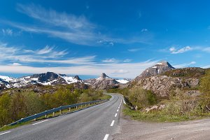 Asphalt road on Norvegian mountains.jpg