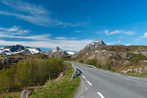 Asphalt road to Norvegian mountains.jpg