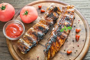 Grilled pork ribs with tomatoes
