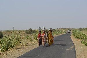 Women in the desert of Jaisalmer