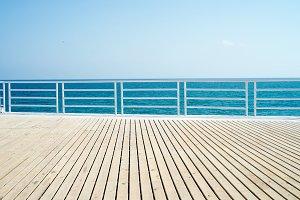 Suelo madera mar cielo azul.jpg