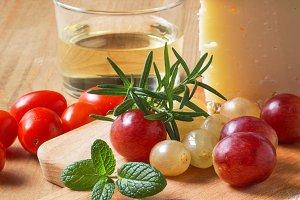 Close-un of glas,grape and cheese
