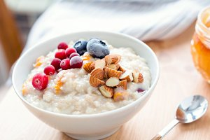 Porridge oats with nuts and berries
