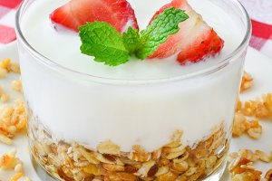 Yogurt with cereals and strawberries