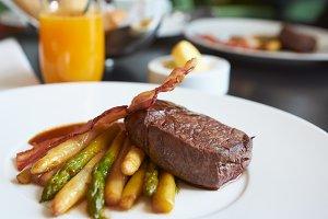 Fine tenderloin steak with asparagus