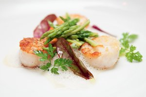 Grilled scallops with asparagus